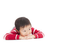 Um menino bonito está pensando no assoalho Foto de Stock
