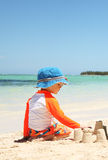 Um menino caucasiano que joga com areia Fotografia de Stock Royalty Free