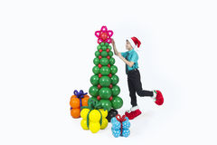 Um menino com árvore de Natal e presentes dos balões Fotos de Stock