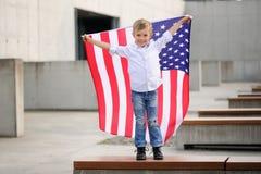 Um menino com bandeira americana imagens de stock royalty free