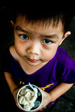 Um menino com fome fotografia de stock