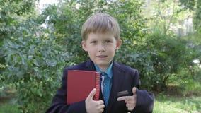 Um menino com um livro E Leitura, aprendendo r video estoque