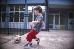 Um menino com uma bola Imagem de Stock