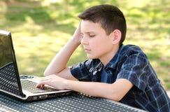 Criança com computador Imagens de Stock Royalty Free