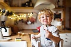 Um menino da criança que lava acima dos pratos imagens de stock royalty free