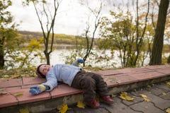 Um menino de dois anos em uma caminhada em um parque da cidade Imagem de Stock Royalty Free