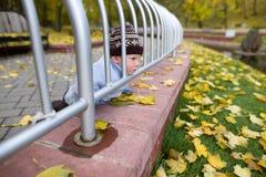 Um menino de dois anos em uma caminhada em um parque da cidade Fotos de Stock Royalty Free