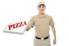 Um menino de entrega que traz uma caixa da pizza do cartão Fotografia de Stock