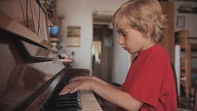 Um menino de sete jogos o piano em casa filme