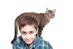 Um menino de sorriso com um gato   Fotos de Stock Royalty Free