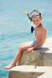 Menino de sorriso com engrenagem snorkeling Imagem de Stock Royalty Free