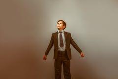 Um menino de uma aparência de doze europeus em um terno Imagens de Stock