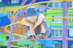 Um menino dos anos de idade 3 nas escadas imagens de stock