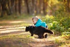 Um menino dos anos de idade com guaxinim Imagem de Stock Royalty Free