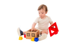 Um menino dos anos de idade que joga com o brinquedo Imagem de Stock