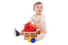 Um menino dos anos de idade que joga com o brinquedo Imagem de Stock Royalty Free