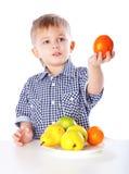 Um menino e a placa dos vegetais Imagem de Stock Royalty Free