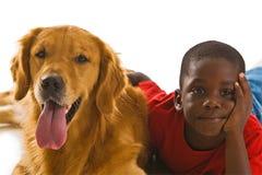 Um menino e seu cão. Fotos de Stock Royalty Free