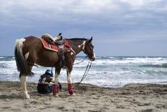 Um menino e um cavalo novos na praia Fotos de Stock Royalty Free