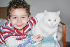 Um menino e um gato Fotografia de Stock