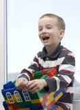 Um menino e uma casa do brinquedo. Imagens de Stock