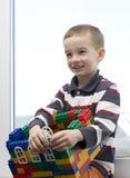 Um menino e uma casa do brinquedo. Fotos de Stock Royalty Free