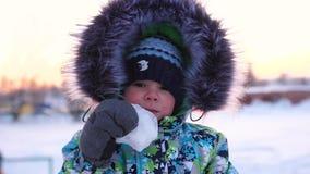 Um menino em um parque do inverno, close-up da cara Passeio no ar fresco Estilo de vida saudável filme