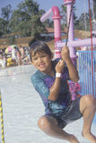 Um menino em uma fonte de água Fotos de Stock Royalty Free