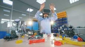 Um menino em vidros de VR Conceito da realidade virtual video estoque