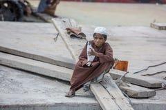 Um menino era jogo em áreas de Sadarghat do rio de Karnafuli, Chittagong, Bangladesh Foto de Stock Royalty Free