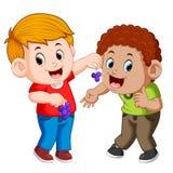 Um menino está alimentando seu melhor amigo com uva ilustração do vetor