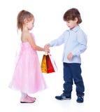 Um menino está dando o presente a uma menina Imagem de Stock