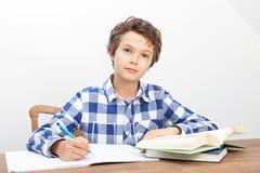 Um menino está fazendo seus trabalhos de casa Imagem de Stock