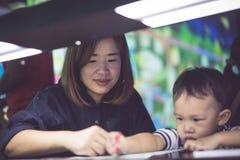 Um menino está pintando com sua mamã Imagens de Stock Royalty Free