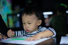 Um menino está pintando com sua mamã Foto de Stock Royalty Free