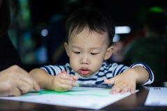 Um menino está pintando com sua mamã Imagem de Stock Royalty Free