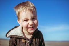 Um menino está sorrindo para a câmera Foto de Stock Royalty Free