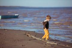 Um menino está vindo mais perto da água Imagem de Stock