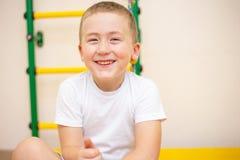 Um menino idoso de cinco anos que joga em sua sala foto de stock