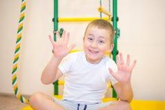 Um menino idoso de cinco anos que joga em sua sala imagens de stock royalty free