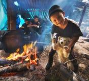 Um menino joga com um cão Fotografia de Stock Royalty Free