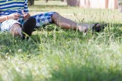 Um menino louro que joga em seu smartphone Foto de Stock