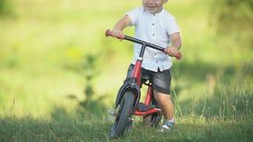 Um menino monta uma bicicleta sem pedais filme