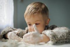 Um menino na cozinha fotografia de stock royalty free