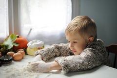 Um menino na cozinha foto de stock royalty free
