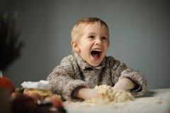 Um menino na cozinha Fotos de Stock