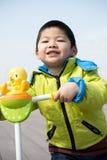 Um menino no revestimento verde fotografia de stock royalty free