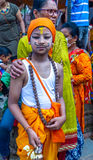 Um menino novo com sua família em Gaijatra o festival das vacas Fotos de Stock
