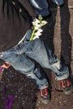 Um menino novo com um ramo das flores brancas em seu bolso fotos de stock