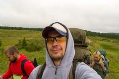 Um menino novo do turista com um bigode e a barba em sua cara viajam fotografia de stock